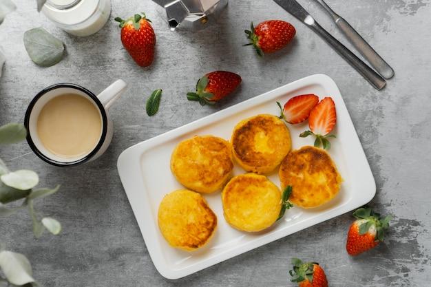 Widok z góry pyszne śniadanie z truskawkami