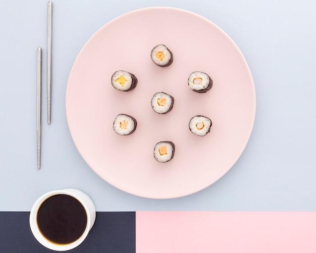 Widok z góry pyszne sushi rolki na stole
