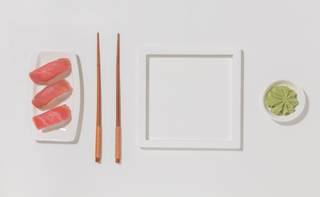 Widok z góry pyszne sushi z pałeczkami i wasabi