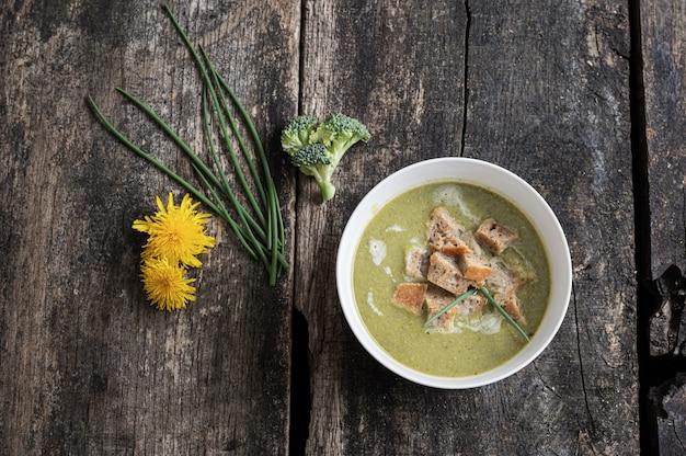 Widok z góry pyszne wegańskie zupa krem z brokułów
