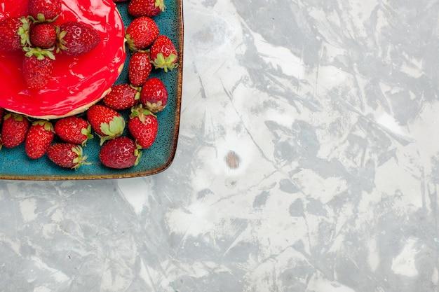 Widok z góry pyszne wyglądające ciasto ciasto z czerwoną śmietaną i świeżymi truskawkami na białym tle ciasto herbatniki śmietankowe cukier słodkie