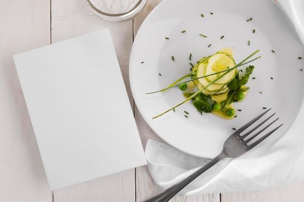 Widok z góry pyszne zdrowe sałatki na białym talerzu skład