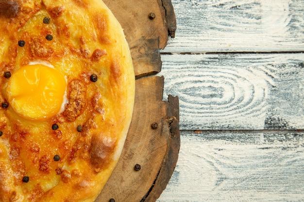 Widok z góry pyszny chleb jajeczny pieczony na rustykalnej szarej przestrzeni