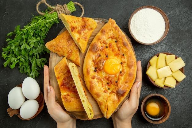 Widok z góry pyszny chleb jajeczny pieczony w plasterkach z serem i mąką na szarym polu