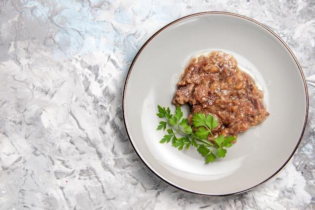 Widok z góry pyszny posiłek mięsny z sosem na jasnobiałym stole