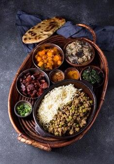 Widok z góry pyszny posiłek pakistan na stole