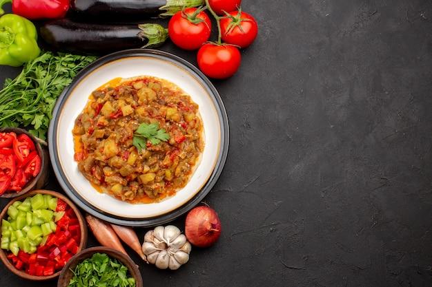 Widok z góry pyszny posiłek warzywny pokrojone w plastry gotowane danie ze świeżymi warzywami na szarym tle posiłek obiad sos zupa jedzenie warzywne