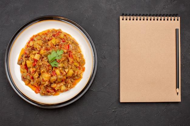 Widok z góry pyszny posiłek warzywny pokrojony gotowane danie wewnątrz płyty na szarym tle obiad posiłek zupa z sosem