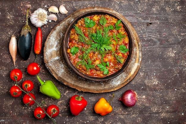 Widok z góry pyszny posiłek warzywny w plasterkach gotowany ze świeżymi warzywami na ciemnym tle posiłek obiad zupa z sosem