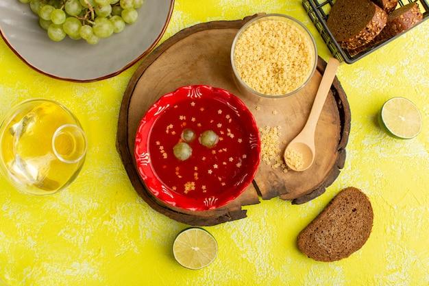 Widok z góry pyszny sos pomidorowy z chlebem na żółtym stole posiłek warzywny zupa