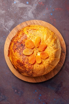 Widok z góry pyszny wschodni posiłek shakh plov składa się z gotowanego ryżu wewnątrz okrągłego ciasta na ciemnej powierzchni ciasta ryżowego posiłek obiadowy kuchnia