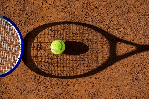 Widok z góry rakieta tenisowa cień z piłką