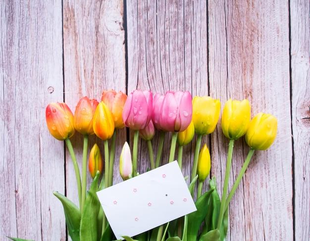 Widok z góry, rama wykonana z kwiatów tulipanów, miejsce.