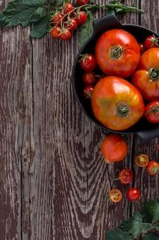 Widok z góry ramki pomidory z kopiowaniem miejsca