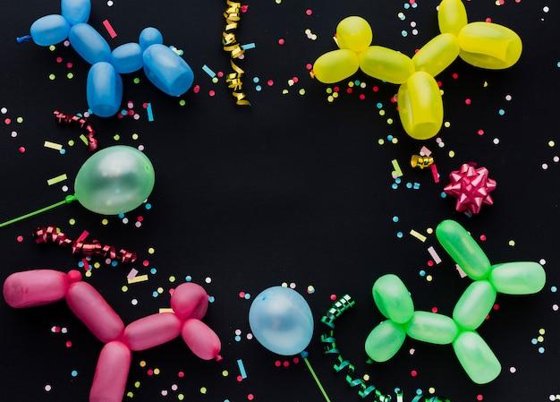Widok z góry ramki z balonami szczeniąt i konfetti