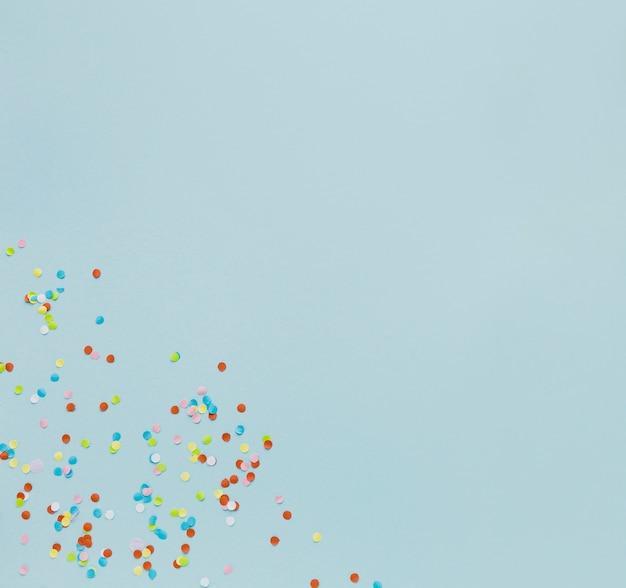 Widok z góry ramki z konfetti na niebieskim tle