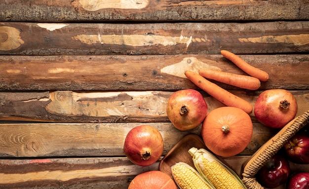 Widok z góry ramki żywności z koszem i drewnianą płytką