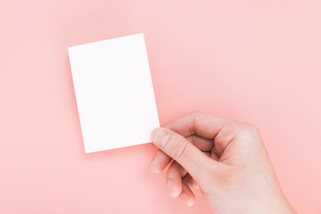 Widok z góry ręka trzyma pustą wizytówkę
