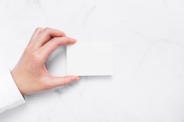 Widok z góry ręka trzyma wizytówkę