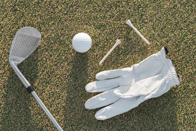 Widok z góry rękawiczki i klub golfowy