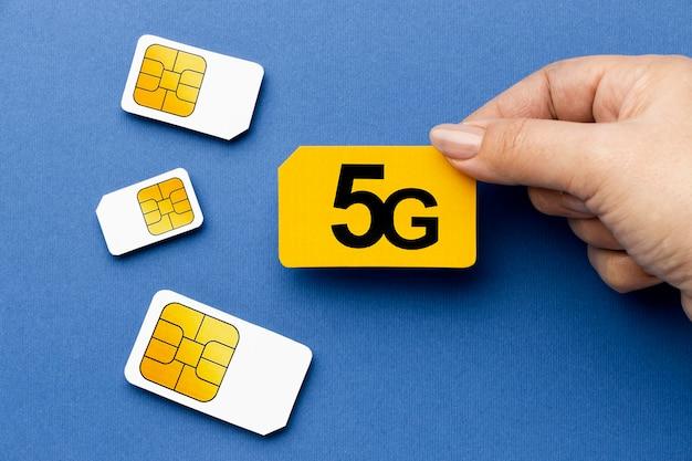 Widok z góry ręki trzymającej kartę sim 5g