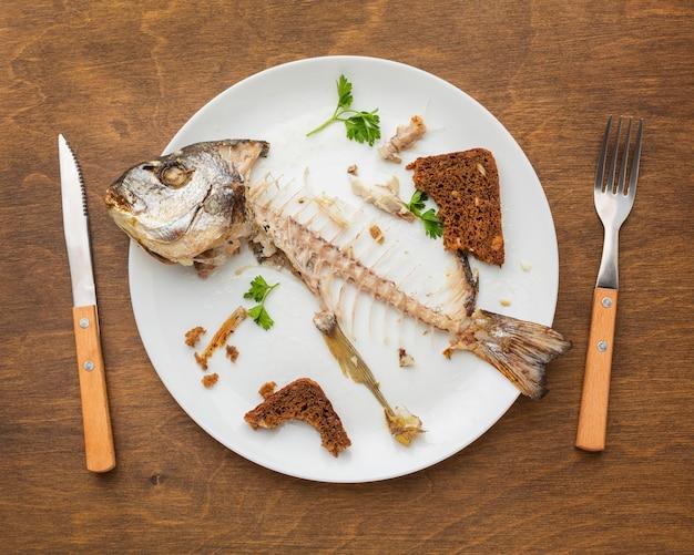 Widok z góry resztki gotowanej ryby