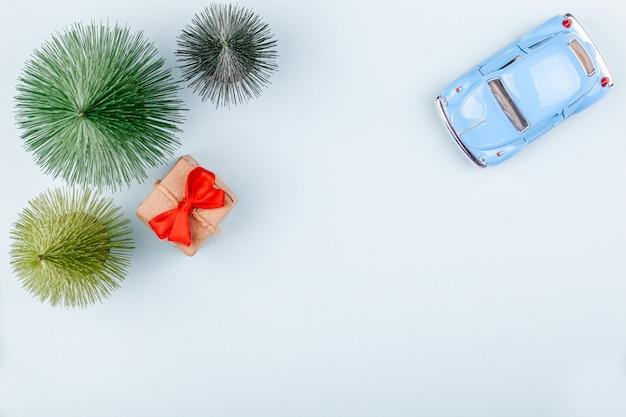 Widok z góry retro autko, ozdobne pudełko, kartki świąteczne
