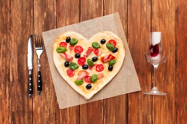Widok z góry romantyczny stół ustawienie z pizzą