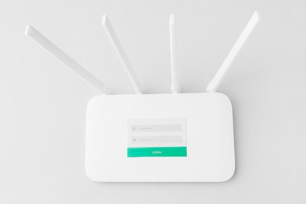 Widok z góry routera internetowego z nazwą użytkownika i hasłem
