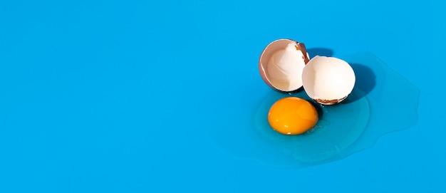 Widok z góry rozbite jajko z miejsca na kopię skorupy