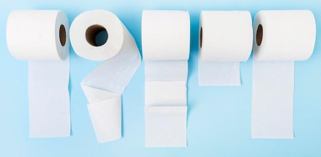 Widok z góry rozłożonych rolek papieru toaletowego