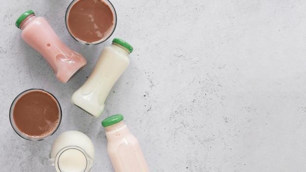 Widok z góry rozmieszczenie butelek mleka