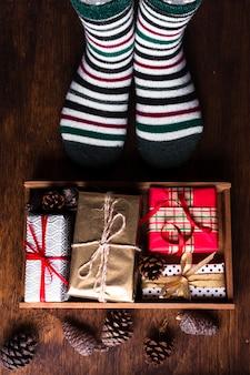 Widok z góry rozmieszczenie różnych świątecznych prezentów