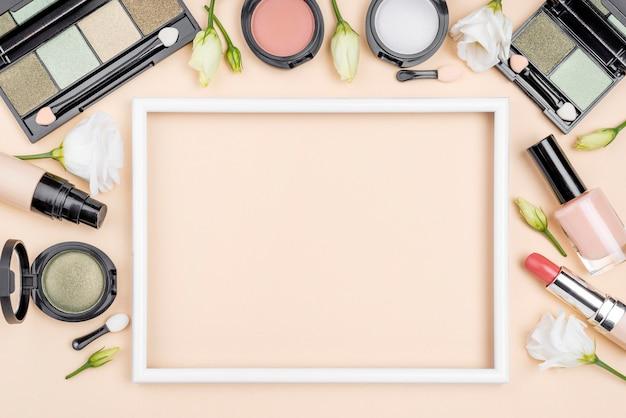 Widok z góry różne kompozycje kosmetyków z pustą ramką