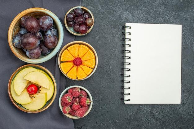 Widok z góry różne kompozycje owoców świeże i dojrzałe na ciemnoszarym tle owocowa roślina zdrowotna łagodny kolor
