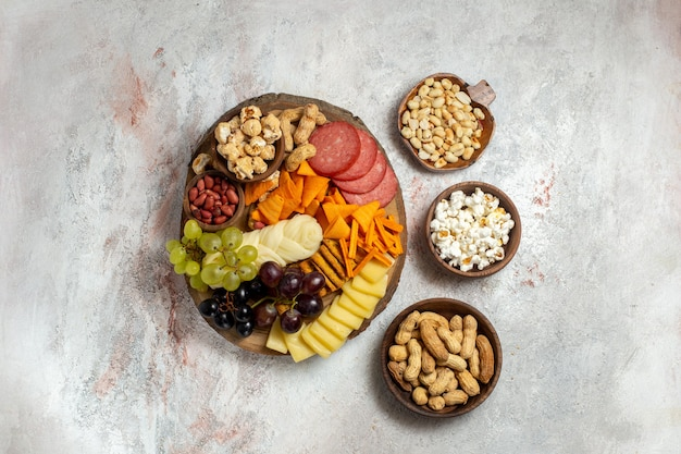 Widok z góry różne przekąski orzechy cips ser i kiełbaski na białym tle orzechowy posiłek przekąski
