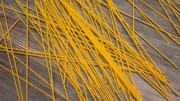 Widok z góry różne rodzaje włoskiego makaronu na drewnianym tle
