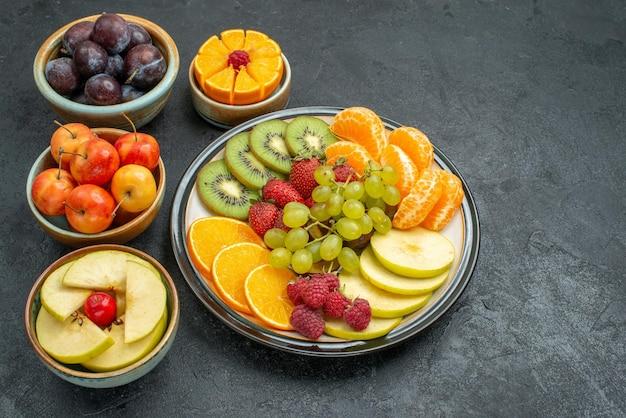 Widok z góry różne składy owoców świeże i dojrzałe na ciemnym tle łagodne świeże owoce dojrzałe zdrowie