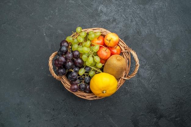 Widok z góry różne składy owoców świeże i dojrzałe wewnątrz kosza na ciemnoszarym tle łagodne świeże owoce dojrzałe zdrowie