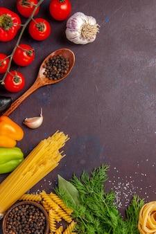 Widok z góry różne warzywa z przyprawami na ciemnym tle sałatka zdrowy posiłek warzywny