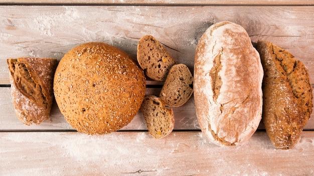 Widok z góry różnych bochenków chleba