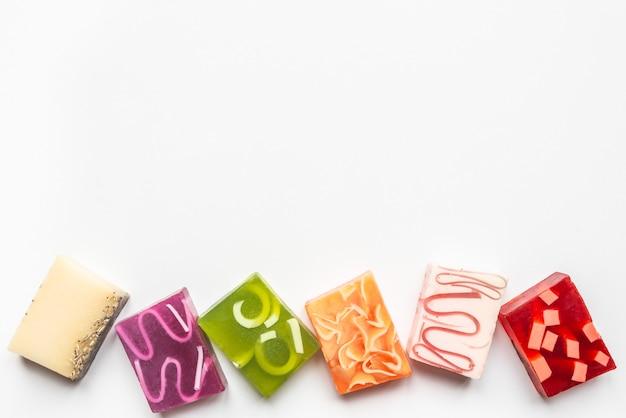 Widok z góry różnych kolorowych ręcznie robionych mydeł. organiczna opieka zdrowotna i ochrona.