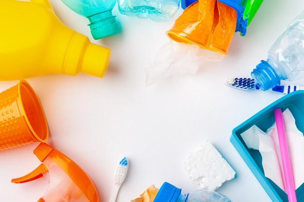 Widok z góry różnych materiałów odpadowych z recyklingu
