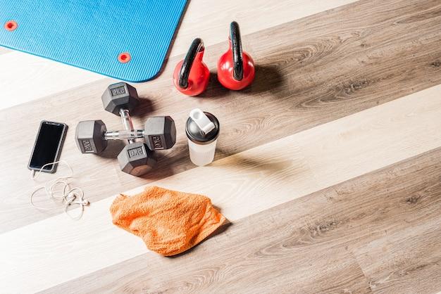 Widok z góry różnych obiektów do ćwiczeń fitness na siłowni