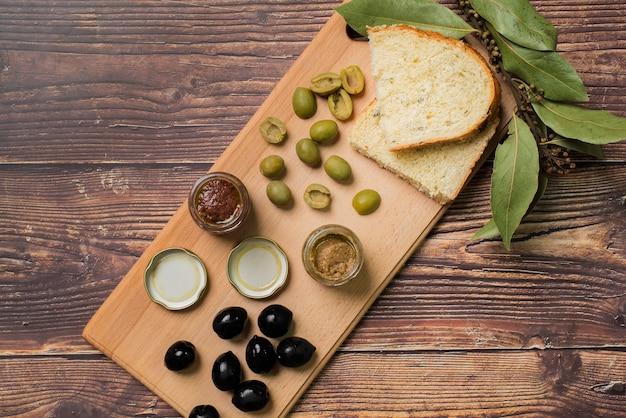 Widok z góry różnych oliwek i chleba