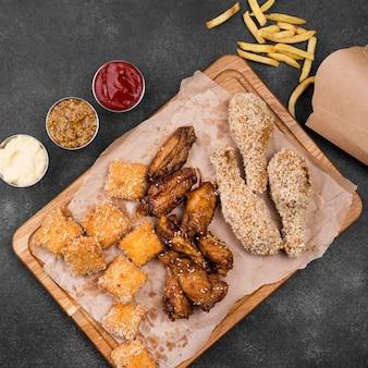 Widok z góry różnych smażonego kurczaka z sosami i frytkami