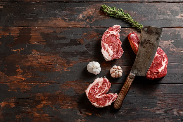 Widok z góry różnych steków wołowych z nożem tnącym