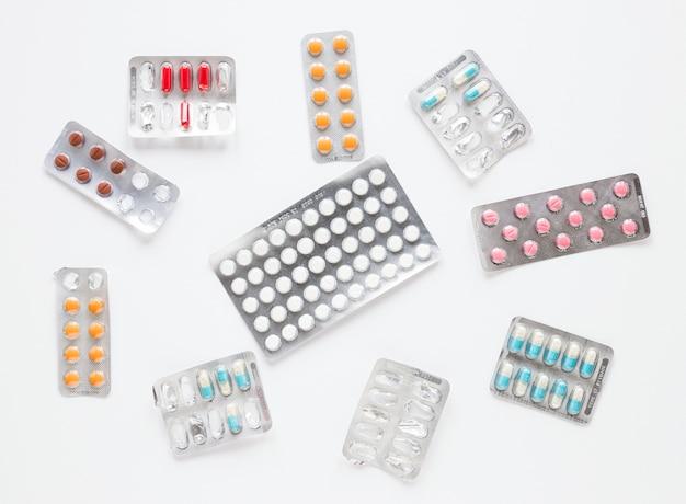 Widok z góry różnych tabletek i środków przeciwbólowych