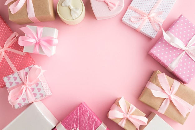 Widok z góry różowa ramka prezent