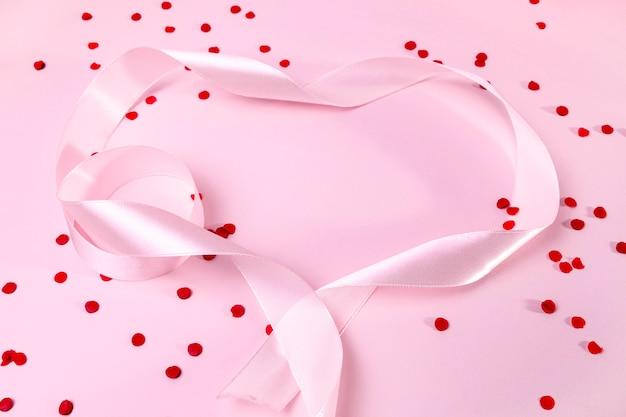 Widok z góry różową wstążką na stole